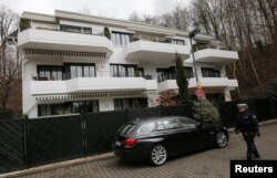 Police officers walk next to the apartment believed to belong to Germanwings co-pilot Andreas Lubitz in Duesseldorf March 27, 2015. The German pilot believed to have deliberately crashed a plane in the French Alps killing 150 people broke off his training