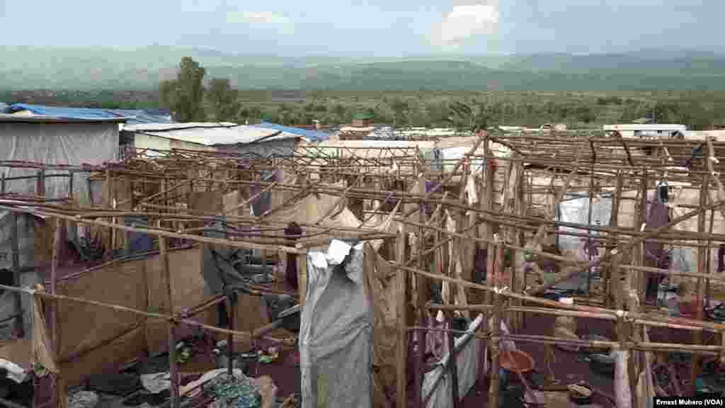 Des tentes détruites et des effets des réfugiés abandonnés au camp de Kamanyola, Sud-Kivu, 7 mars 2018. (VOA/Ernest Muhero)