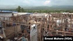 Des tentes détruites et des effets des réfugiés abandonnés au de camp de Kamanyola, Sud-Kivu, 8 mars 2018. (VOA/Ernest Muhero)