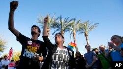 Cientos de personas homosexuales celebraron la decisión de la gobernadora Jan Brewer.