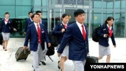 지난 2012년 7월 올림픽경기대회 참가를 위해 북한 올림픽 대표단이 평양을 떠나고 있다. (자료사진)