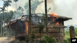 Api melahap sebuah rumah di desa Gawdu Zara, negara bagian Rakhine utara, Myanmar, 7 September 2017. Pasukan keamanan dan gerombolan sekutu telah membakar ribuan rumah di negara bagian Rakhine Utara, yang dihuni oleh mayoritas warga Muslim Rohingya di negara tersebut. (Foto: dok).