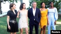 Para pemeran serial James Bond, (ki-ka): Lea Seydoux, Ana de Armas, Daniel Craig, Naomie Harris dan Lashana Lynch, berfoto di Oracabessa, Jamaika, 25 April 2019. (Foto: REUTERS/Gilb)