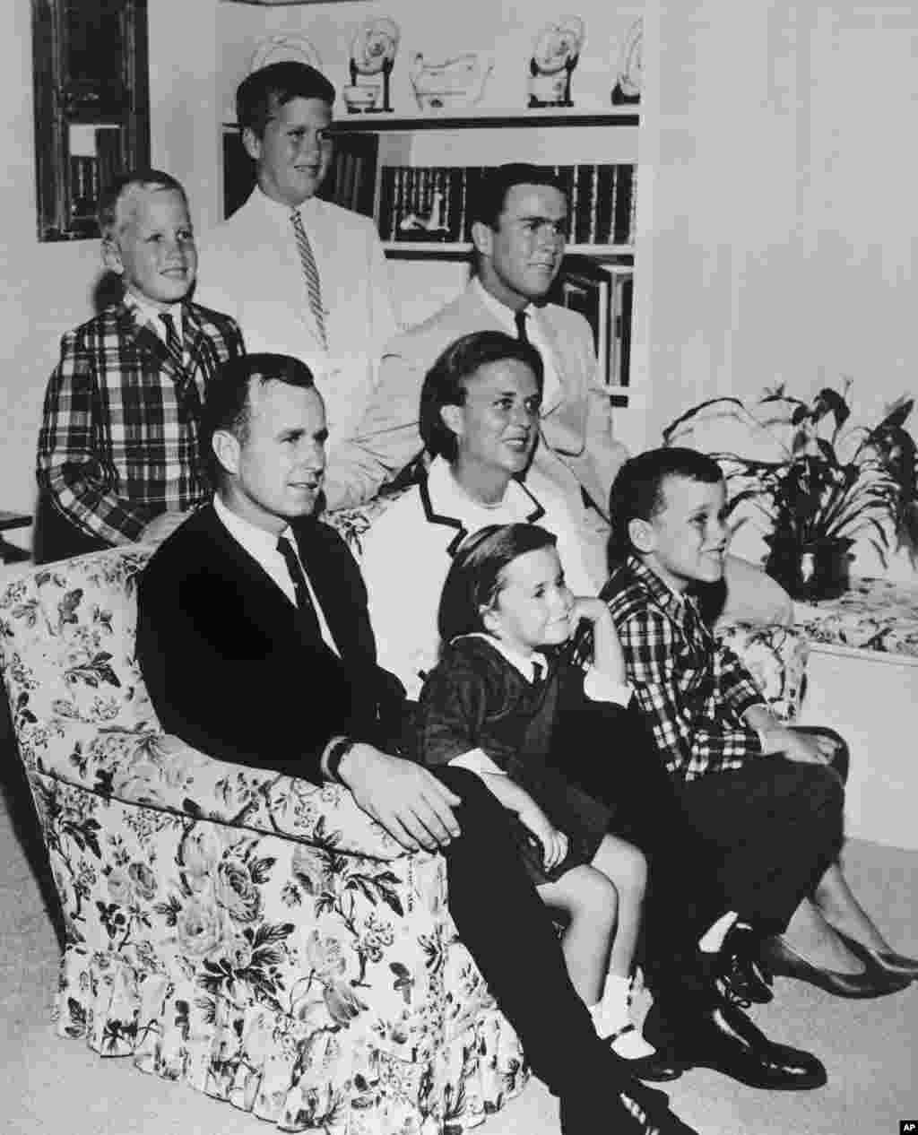 1964年,喬治布殊的全家福照片。小布殊坐在母親右邊