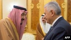 Le roi saoudien Salman bin Abdulaziz Al Saud serre la main du Premier ministre turc Binali Yildirim à Riyad, en Arabie Saoudite, le 27 décembre 2017.