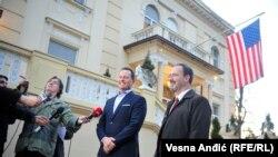 Specijalni izaslanik predsednika SAD za dijalog Beograda i Prištine Ričard Grenel i američki ambasador u Srbiji Entoni Godfri u dvorištu američke rezidencije u Beogradu razgovaraju sa novinarima, 23. 01. 2020.