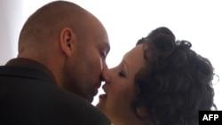 Как американцы встречаются, влюбляются и женятся