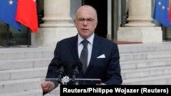 Mendagri Perancis, Bernard Cazeneuve memberikan keterangan kepada media di Paris (foto: dok).