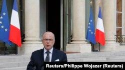 Le ministre de l'Intérieur Bernard Cazeneuve s'adressant à la presse à l'Elysée le 14 juin 2016, au lendemain du meurtre d'un policier dans les Yvelines.