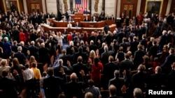 Predsedavajuća Predstavničkog doma, demokratkinja Nensi Pelosi, polaže zakletvu pred članovima Doma i delegatima na Kapitol hilu, 3. januara 2019.