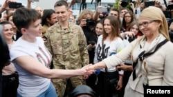 Vojni pilog Nađa Savčenko sa bivšom ukrajinskoj premijerkom Julijom Timošenko po dolasku u Kijev, 25. maj 2016.