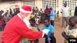 Fête de noël pour les enfants d'un orphelinat à 45 minutes de Cotonou, décembre 2019. ( VOA/Ginette Fleure Adande)