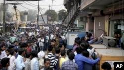 تجمع مردم در برابر یکی از بانک های هند در دهلی جدید