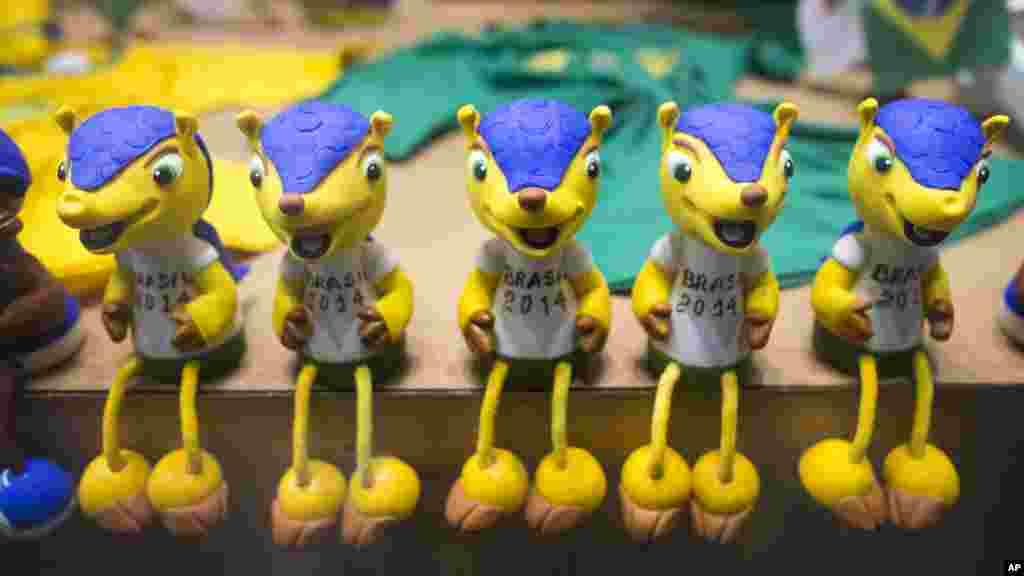 2014 브라질 월드컵 개막을 앞둔 9일, 벨로 국제공항의 기념품 상점에 월드컵 마스코트 '풀레코' 인형이 전시돼있다. 풀레코는 '세띠아르마딜로'라는 희귀한 동물을 형상화했다.