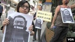 Para aktivis kelompok pro-demokrasi di Hongkong melakukan unjuk rasa menuntut pembebasan artis Ai Weiwei.