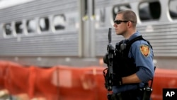 Polícia na estação de Hoboken onde se registou o descarrilamento