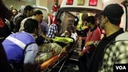 Seorang demonstran yang terluka dibawa ke sebuah rumah sakit di Manama setelah serangan polisi anti-huru-hara di Lapangan Mutiara, Kamis (2/17).
