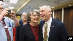 蒙大拿州的当选国会议员吉安福特(右一)接受支持者的祝贺。(2017年3月6日)
