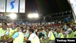 광복 60주년인 지난 2005년 8월15일 서울 장충체육관에서 체육오락경기에 참가한 선수들이 줄다리기를 하고 있다. (자료사진)