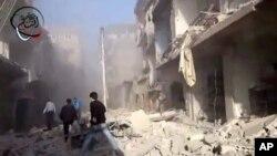 在叙利亚政府军空袭后,民众前去抢救受害者