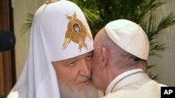 La numéro un de l'Eglise orthodoxe russe, le patriarche Kirill, à gauche, embrasse le pape François lors de leur rencontre à l'aéroport Jose Marti à La Havane, Cuba, 12 février 2016. (Adalberto Roque/Pool photo via AP)