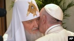 Le pape François embrassant le numéro un de l'Eglise orthodoxe russe, le patriarche Kirill, à gauche, lors de leur rencontre à l'aéroport Jose Marti de La Havane, le 12 février 2016.