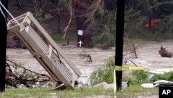 Sungai Blanco di Wimberley, Texas terlihat meluap dan menghanyutkan berbagai puing-puing dalam aliran sungai tersebut, Selasa (26/5).