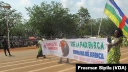 Les Centrafricains célèbrent la fête nationale à Bangui, Centrafrique, le 1er décembre 2016. (VOA/Freeman Sipila)