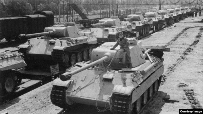 Xe tăng Panzer V mỗi bên có 2 lớp bánh xe, mỗi lớp 4 bánh, tổng cộng 16 bánh. (Ảnh Văn khố Liên bang Đức, Bundesarchiv, Bild 183-H26258 / CC-BY-SA 3.0)