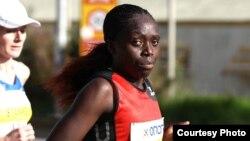 Mwanariadha Consolater Chemtai Yadaa akikimbia katika mbio za marathon Athens