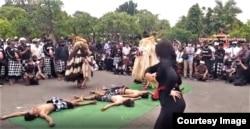 Pertunjukan Tradisi Seni Bali dalam demonstrasi damai menentang ISKCON (courtesy: Putu Agus Yudiawan).