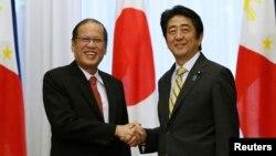 일본을 방문 중인 베니그노 아키오 필리핀 대통령이 24일 도쿄에서 아베 신조 일본 총리와 회담했다.