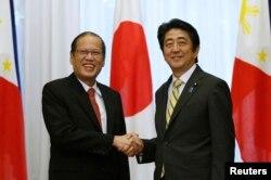 Tổng thống Benigno Aquino bắt tay Thủ tướng Nhật Bản Shinzo Abe (phải) trước cuộc họp ở Toyko, 24/6/2014