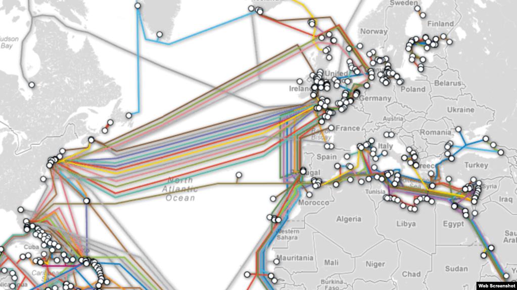 Cables de fibra óptica submarinos llevan gran parte del tráfico intercontinental de Internet. (Cortesia Telegeography.com)