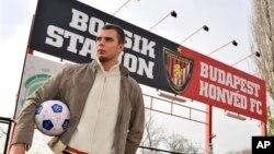 Seorang fan klub Honved Budapest berdiri di depan stadion utama klub itu di Budapest, Hungaria (foto:dok). Klub Honved merupakan salah satu dari tiga klub yang dihukum UEFA karena rasisme.