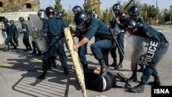 نیروهای انتظامی و نظامی ایران در سالهای اخیر بارها مانور سرکوب و برخورد با معترضان برگزار کردهاند
