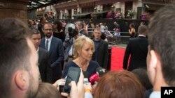 """Penulis J.K. Rowling berbicara kepada media saat tiba dalam pemutaran perdana """"Harry Potter and the Cursed Child"""" di Palace Theatre, London (30/7)."""