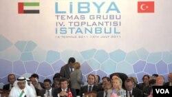Menlu AS Hillary Clinton (kedua dari kanan) saat menghadiri pertemuan untuk membahas masa depan Libya di Istanbul, Turki (15/7).