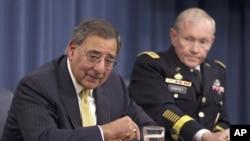 美国国防部长帕内塔(左)和参谋长联席会议主席登普西在国防部举行的新闻发布会上(资料照片)