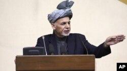 Presiden Afghanistan Ashraf Ghani berbicara dalam sesi parlemen gabungan yang langka di Kabul hari Senin (25/4).