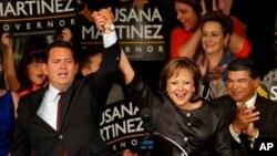 La gobernadora reelecta de Nuevo México, Susana Martínez, celebra con el vicegoberandor John Sánchez su victoria electoral.