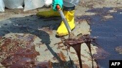 Công tác dọn dầu loang ở bãi biển Port Fourchon, Louisiana, ngày 24 tháng 5 năm 2010
