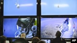 Dalam foto yang dirilis oleh Red Bull, pilot Felix Baumgartner dari Austria nampak dalam layar di pusat ruang kontrol dalam misi terjun bebas melampaui kecepatan suara di Roswell, New Mexico (14/10).