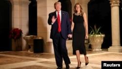 El presidente de EE.UU, Donald Trump y la primera dama Melania, llegan a su fiesta de Nochebuena en la propiedad de Mar-a-Lago en Palm Beach, Florida, la noche del 24 de diciembre de 2019.