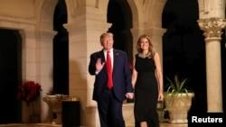 特朗普总统夫妇抵达海湖庄园平安夜晚宴会场。(2019年12月24日)