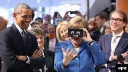 Prezidan Obama ak Chanselye Merkel pandan yo tap vizite fwar sou teknoloji endistriyèl la nan vil Hanòv.
