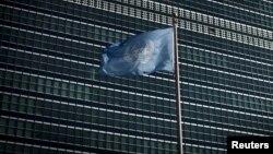 Edificio y bandera de Naciones Unidas en Nueva York.