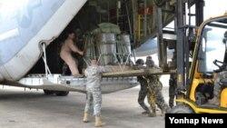 한국 해병대 상륙지원단과 미 육군 501지원여단 장병들이 21일 포항일대에서 연합 공중송달훈련의 일환으로 KC-130J 항공기에 물자와 장비를 탑재하고 있다.