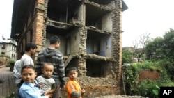 尼泊尔孩子站在地震造成的废墟上
