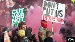 Mahasiswa-mahasiswa di Inggris memrotes rencana pemerintah menaikkan biaya pendidikan tinggi hingga tiga kali lipat.